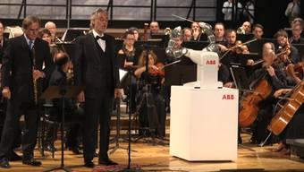 Erst befühlen sie sich noch leicht skeptisch, dann stehen sie zusammen auf der Bühne: Startenor Andrea Bocelli und Roboter-Dirigent «Yumi».