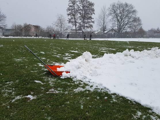 Fans schaufeln Schnee für die FCA-Profis
