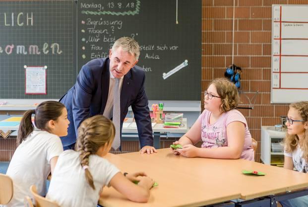 Bildungsdirektor Alex Hürzeler bei einer Schulklasse zu Besuch.