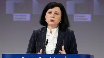 Droht der Schweiz wegen ihrer Inhaberaktien neues Ungemach? EU-Justizkommissarin Vera Jourova soll dem Vernehmen nach noch im Januar eine EU-Liste mit Drittstaaten vorstellen, die nach EU-Meinung strategische Mängel bei der Bekämpfung der Geldwäscherei und Terrorismusfinanzierung aufweisen. (Archiv)