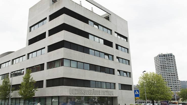Bei einem Streit mit seiner damaligen Partnerin verletzt sich ein Mann. Der Fall ist nun vor das Bezirksgericht Dietikon gekommen.
