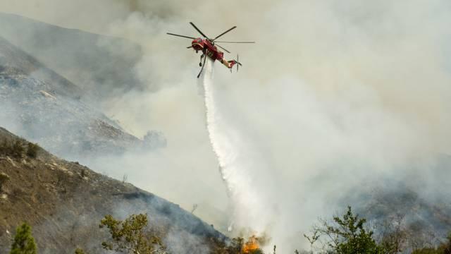 Ein Löschhelikopter kämpft in Orange County gegen die Flammen