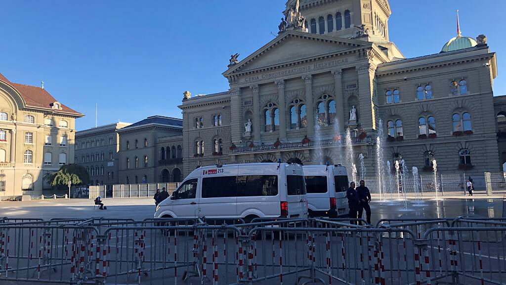 Der Bundesplatz war am Donnerstagabend abgeriegelt. Die Polizei liess aber Passanten gewähren.