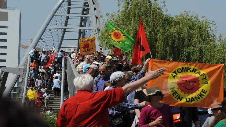 Am Ostermarsch gegen das AKW Fessenheim nahmen zahlreiche Demonstranten teil; im Bild der Aufgang zur Dreiländerbrücke.