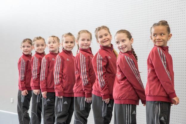 Die Urdorfer Turnerinnen präsentieren ihren neuen Trainer.