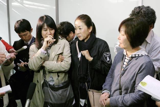 Passagiere, die in der fraglichen Maschine waren, werden von den Medien interviewt.