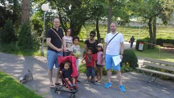 Matthias Meier-Moreno (rechts) zeigte den Interessierten einen Teil des reichhaltigen Angebotes für Kinder.