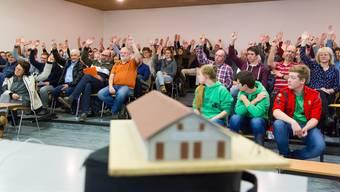 Dem Beitrag von 180'000 Franken für das neue Pfadiheim (Modell vorne) stimmte die Mehrheit der Gemeindeversammlung zu.