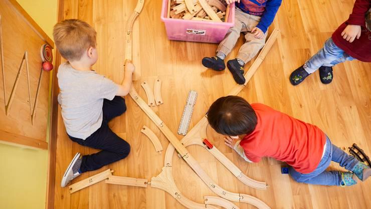 Ein Klassiker in Kitas: Kinder spielen mit der Briobahn.