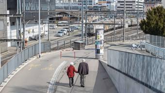Hand in Hand spazieren zwei Rentner in Luzern.