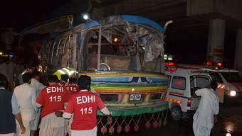 Rettungskräfte beim zerstörten Bus nach dem Bombenanschlag im pakistanischen Quetta