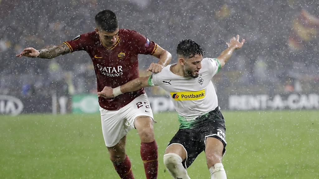 Zweikampf im strömenden Regen von Rom: Romas Gianluca Mancini (links) gegen Gladbachs Ramy Bensebaini.