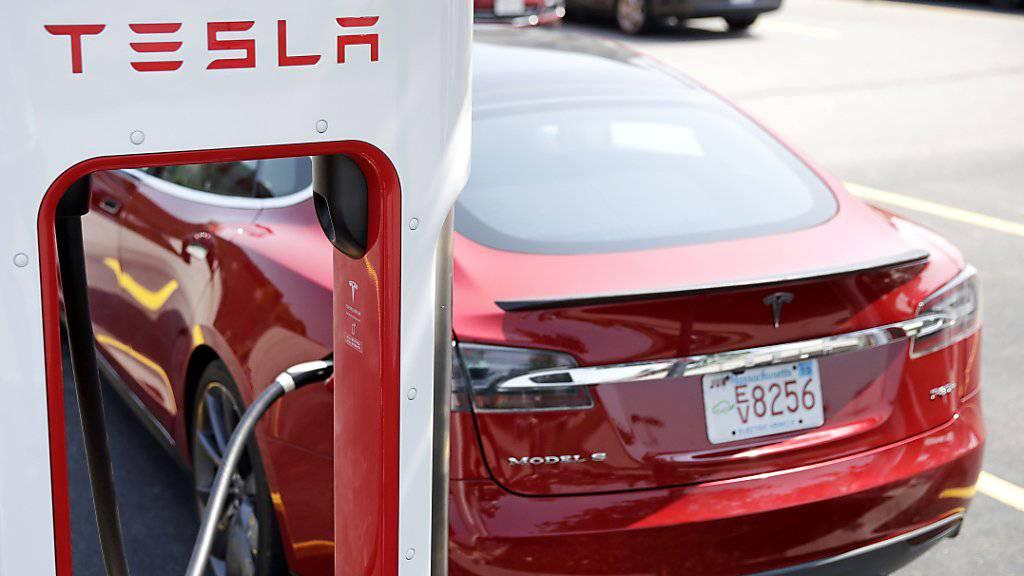 Der Elektroautobauer Tesla kommt in Verzug mit der Lieferung von Fahrzeugen. (Archivbild)