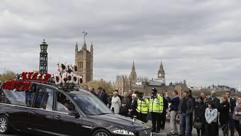 5000 Bobbys aus dem ganzen Land standen Spalier, als der Sarg in einer Trauerprozession durch die Londoner Innenstadt gefahren wurde.