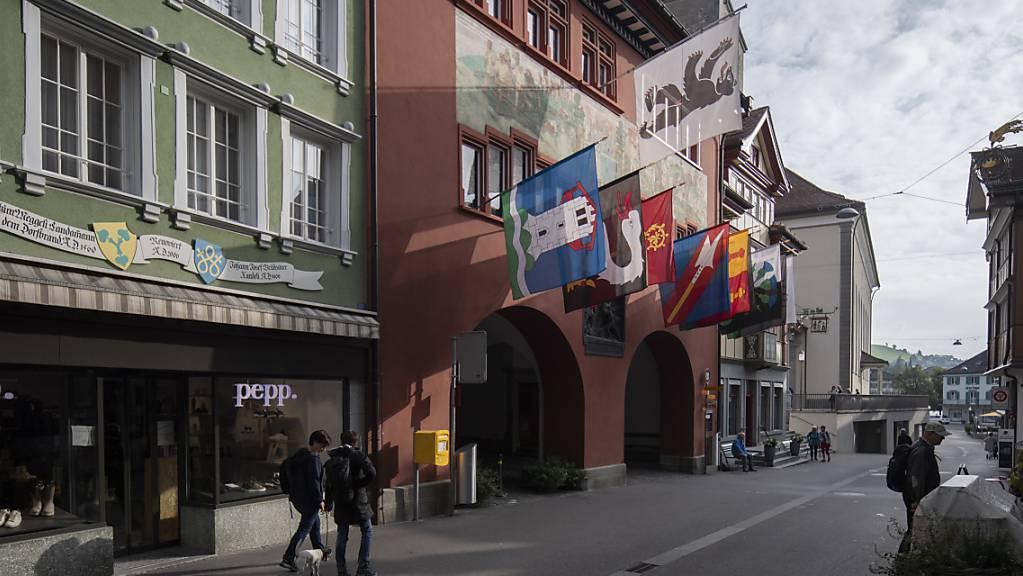 In Appenzell Innerrhoden - im Bild das Ratshaus in Appenzell - arbeiten neu drei fest angestellte Staatsanwälte. (Archivbild)