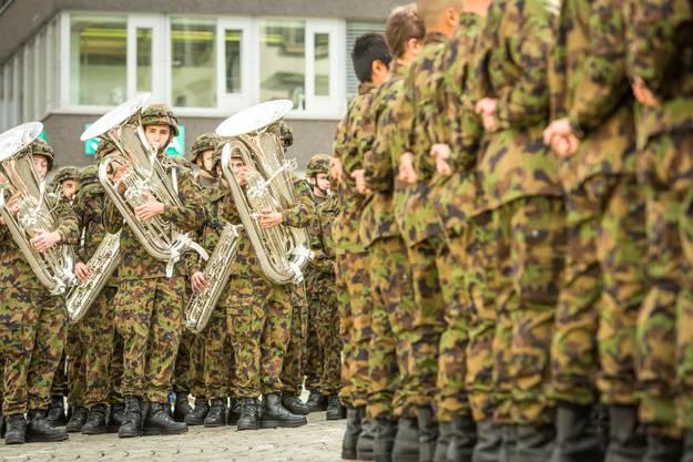 Gab den Takt an: Das Rekrutenspiel 16-2/2017. Das Kompetenzzentrum Militärmusik bleibt weiterhin in Aarau stationiert.