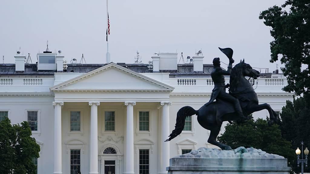 Die US-amerikanische Flagge weht auf dem Dach des Weißen Hauses. Nach dem tödlichen Terroranschlag in Kabul wurden die Flaggen in den USA auf halbmast gesetzt, teilte die Sprecherin von US-Präsident Joe Biden, Jen Psaki, mit. Damit sollen die Opfer der «sinnlosen Gewaltakte» geehrt werden, so Psaki. Foto: Susan Walsh/AP/dpa