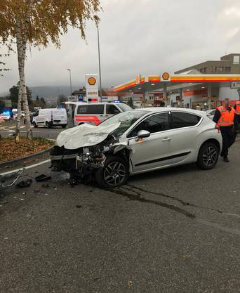 On Monday afternoon, at 15.45, there was a traffic accident between two cars in Reinach. Four people were injured. The Bruggstrasse had to be closed for about two hours.