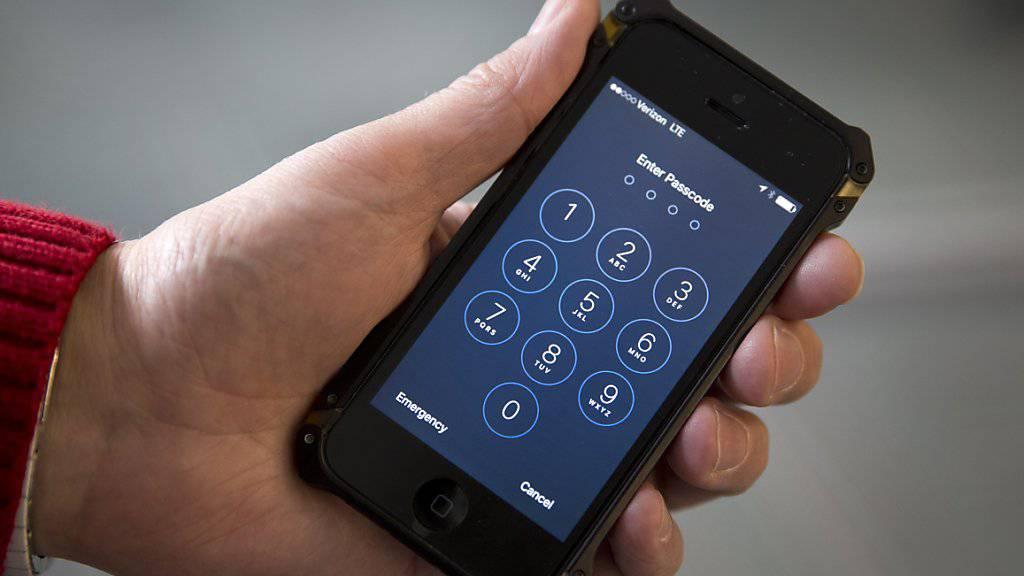In das iPhone des Attentäters von San Bernardino gelangten die US-Justizbehörden auch ohne Apples Hilfe. In anderen Fällen beharren sie aber auf Apple Unterstützung. (Symbolbild)