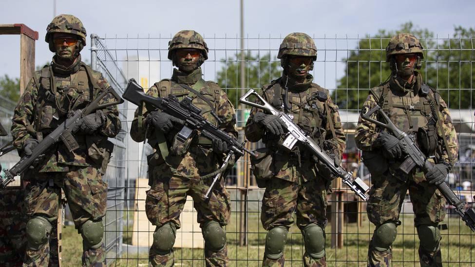 Denn sie wissen nicht, was sie tun: Rekruten auf dem Waffenplatz in Thun.