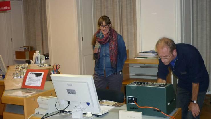 Maria Krekels, Musikabteilung und Allard Eekman, Leiter Musikabteilung, spielen Geräusche aus dem Bibliotheksalltag und Klänge seltener Instrumente ab