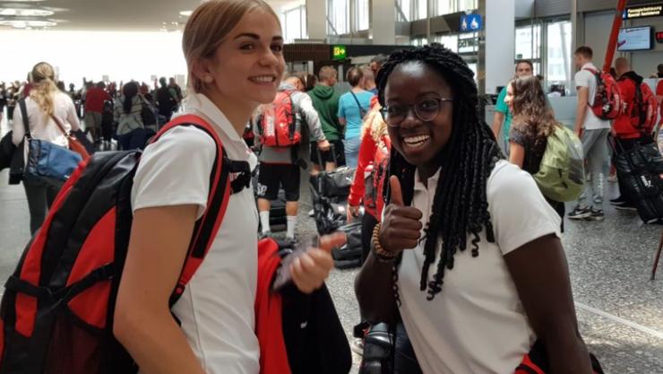 Strahlende Gesichter vor dem Abflug, Giulia (links) und Deborah (rechts) freuen sich auf ihre Zeit in Schweden.