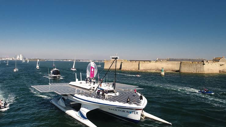 Am Sonntagnachmittag verliess der Solar-Katamaran den Hafen von Lorient, um seine 5-jährige Weltreise anzutreten.