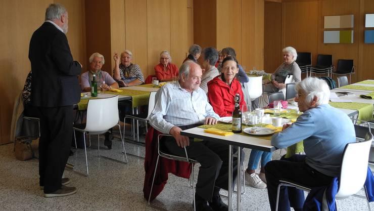 Im Gespräch: Dietiker Senioren diskutieren mit Ex-Kantonsratspräsident Rolf Steiner über Gemeinde, Alter, Gesundheit und – natürlich – über Politik.