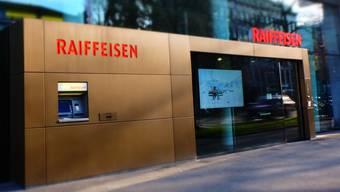 Unbefugte haben sich durch diese und eine weitere Türe Zugang verschafft zur Schliessfach-Anlage der Raiffeisenbank am Aeschenplatz.