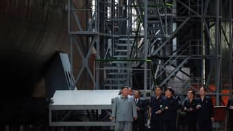 Nordkoreas Machthaber Kim Jong Un inspzierte das neue U-Boot in einer Werft.