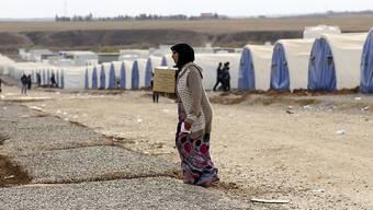 Eine Frau in einem Flüchtlingslager im Irak. Die Lebensmittelrationen für Vertriebene im Irak werden gekürzt, weil das Welternährungsprogramm nicht genug Geld hat. (Archiv)
