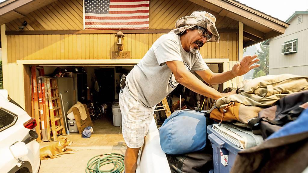 Michael Posadas bereitet sich nahe des Lake Tahoe auf die Evakuierung vor. . Foto: Noah Berger/AP/dpa