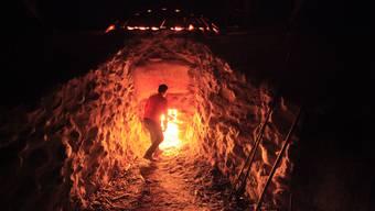 In Schichtarbeit wird der Ofen innert einer Woche auf 1000oC gebracht. Dabei werden mehr als 50 Ster Holz verbrannt.