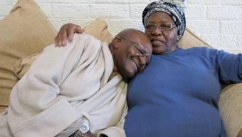 Zurück zu Hause: Desmond Tutu ist nach seinem Spitalaufenthalt wieder in den Armen seiner Frau Leah