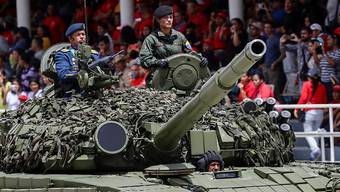 Zum venezolanischen Unabhängigkeitstag liess Staatschef Nicolas Maduro in der Hauptstadt Caracas Panzer auffahren und Soldaten aufmarschieren.