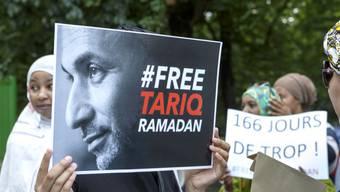 Dutzende Menschen demonstrieren in Genf ihre Unterstützung für den Islamwissenschaftler Tariq Ramadan.