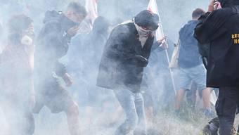Bei einer Protestkundgebung gegen den Bau einer umstrittenen Bahnstrecke zwischen Turin und Lyon bewarfen vermummte Demonstranten die Polizisten mit Steinen. Diese reagierte mit Tränengas.
