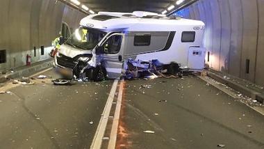 Göschenen UR, 19. August: Ein Personenwagen ist im Gotthardtunnel mit einem Wohnmobil und einem Lieferwagen zusammengestossen. Es gab fünf Verletzte.