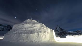 Das Rekord-Iglu im Skigebiet von Zermatt mit dem Matterhorn im Hintergrund.