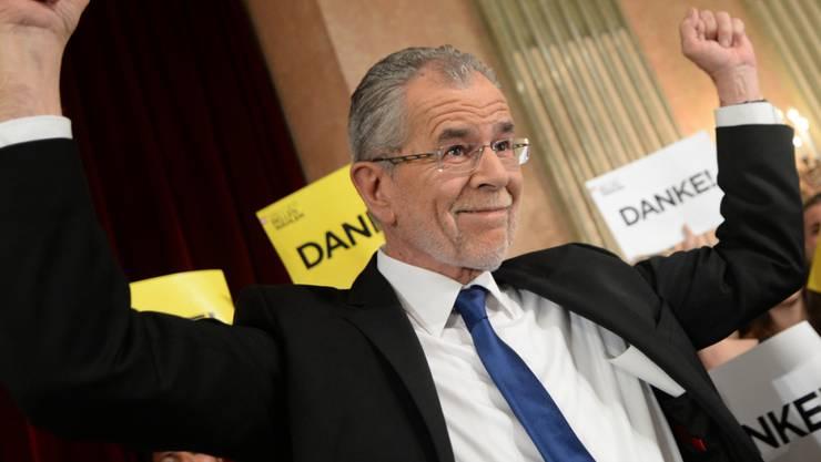 Der frühere Grünen-Chef Alexander Van der Bellen hat die Bundespräsidentenwahl in Österreich knapp gewonnen.