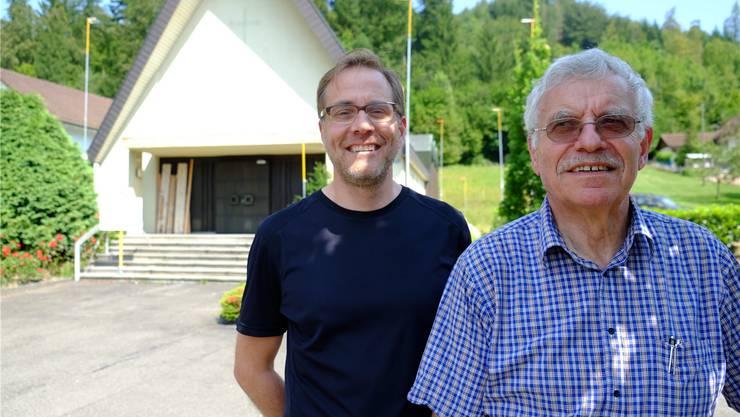 Marcel Maurer (l.) von der Firma Alvar Architektur AG baut die ehemalige Neuapostolische Kirche für seinen Vater Eduard Maurer zum Einfamilienhaus um. rap