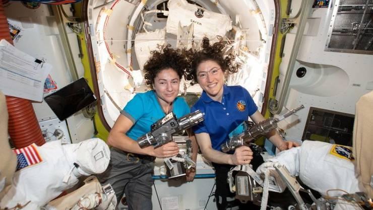 Jessica Meir (l) und Christina Koch schreiben heute Raumfahrtgeschichte: Sie sind das erste rein weibliche Team, das ausserhalb der ISS auf Montage geht.