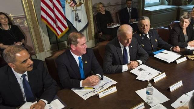 Obamas Vize Joe Biden (Mitte) leitet die Kommission gegen Waffengewalt