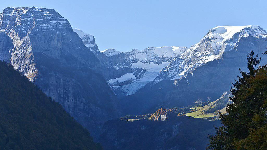 Glarnerland gleich Bergland: So sehen Einheimische wie Auswärtige gemäss einer Umfrage den Kanton Glarus. Hier der Blick auf Tödi (rechts) und Selbsanft. (Archiv)