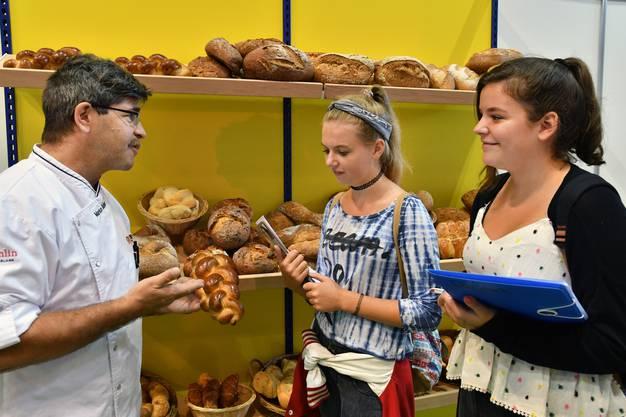 Markus Bähler, Ausbildungsbeauftragter der Bäcker-Confiseure Bern-Solothurn beantwortet Emily Ziörjen (links) und Telma Gerber ihre Fragen.