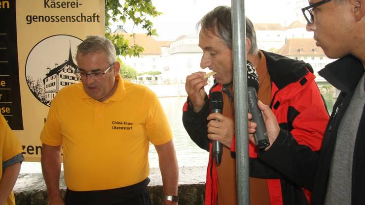 Der Maître Fromager Rolf Beeler führt durch den Chästag mit seinen 23 Käseständen.