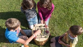 Kinder spielen auf dem Pausenplatz (Symbolbild)