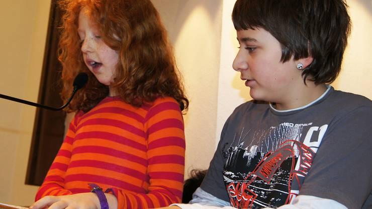 Nora und Yannick als Erzaehler auf der Kanzel