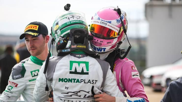 Jeffrey Schmidt feiert seinen Erfolg im ADAC GT Masters 2018.