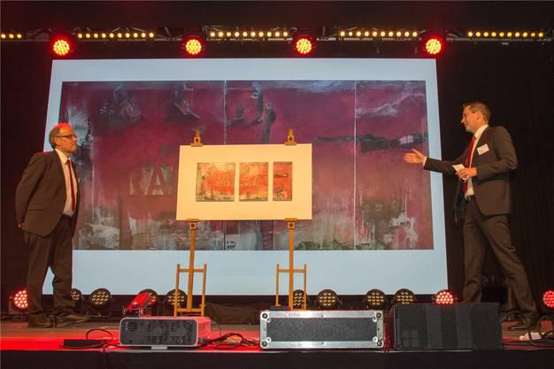 Erich Thalmann (rechts) übergibt dem in Rente gehenden Bankleiter Daniel Emch ein Bild, das drei seiner Lebensabschnitte darstellt.